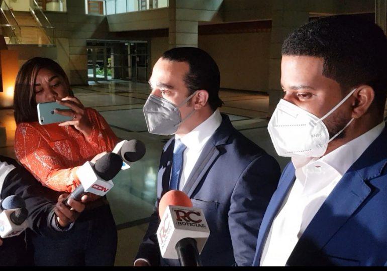 Tras ser interrogado, hijo de Josefa Castillo sale de la Procuraduría sin decir una palabra