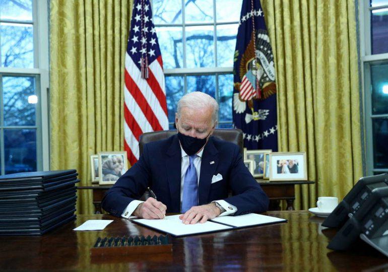 Biden aumenta el salario mínimo de los subcontratados por el gobierno