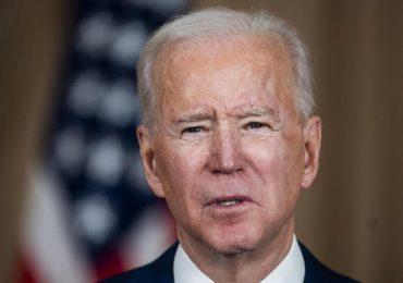 """Biden celebra autorización de nueva vacuna, pero dice EEUU no debe """"bajar la guardia"""""""