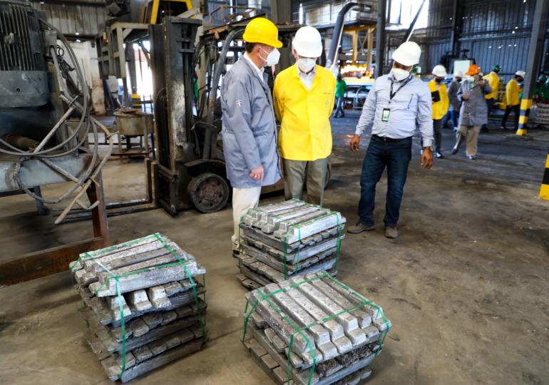 """Ito Bisonó recorre planta de reciclaje de baterías y afirma que """"no representa ningún peligro de contaminación"""""""