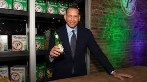 Alex Rodríguez celebra con la cerveza Presidente Independencia Nacional