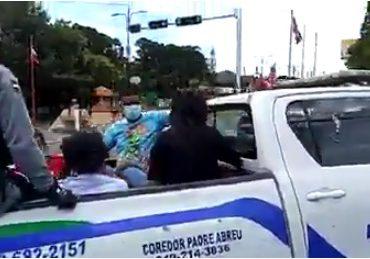 VIDEO | Violadores del toque de queda hieren a policías y camarógrafo en La Romana