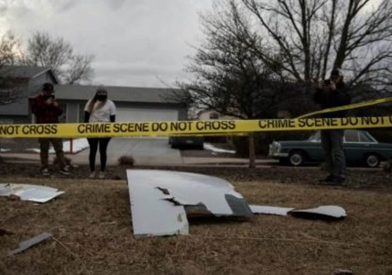 Caen fragmentos desde un avión averiado sobre casas en Denver, EEUU