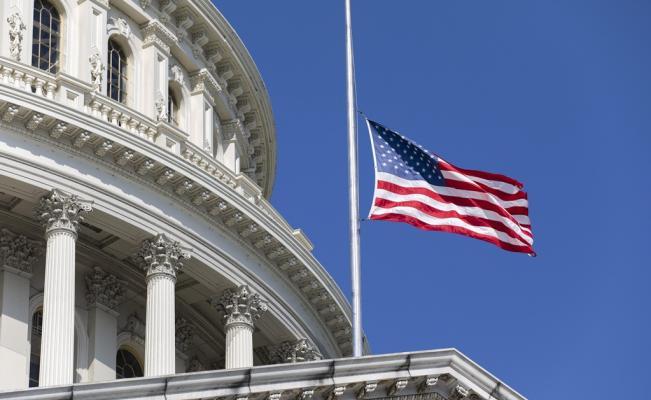 Biden ordena banderas a media asta por el medio millón de muertos a causa del Covid