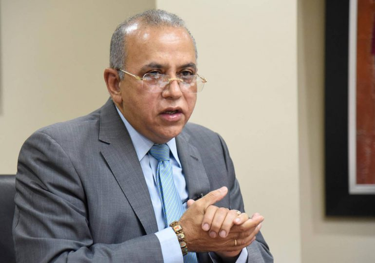 Plutarco Arias sigue publicando mensajes de solidaridad tras su destitución