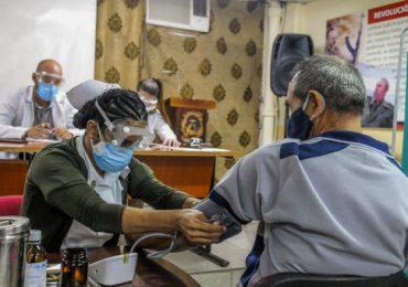 Cuba promete vacunar contra covid-19 a todos los turistas que visiten la isla
