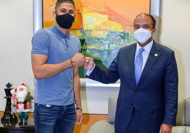 Banreservas y Fernando Tatis jr acuerdan realizar campañas de valores en RD