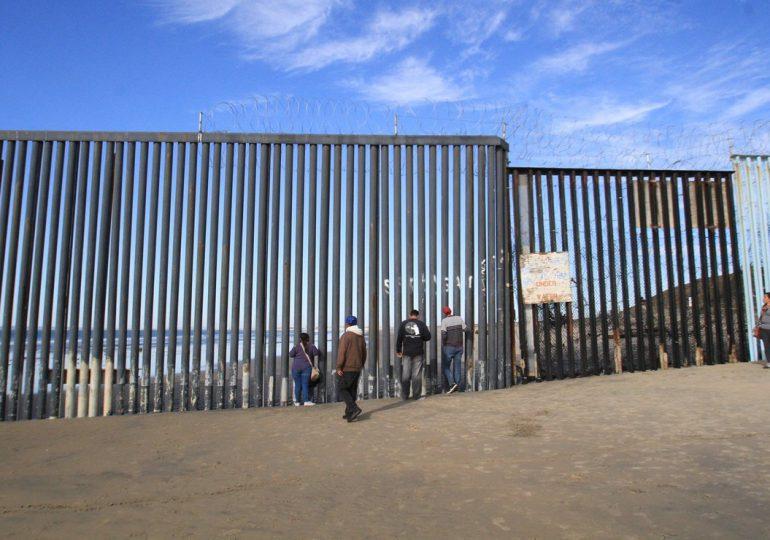 """Biden comienza a desmantelar programa migratorio de Trump """"Quédate en México"""""""