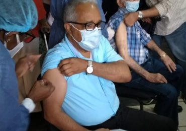 Exministro de Salud Sánchez Cárdenas se vacuna contra COVID-19
