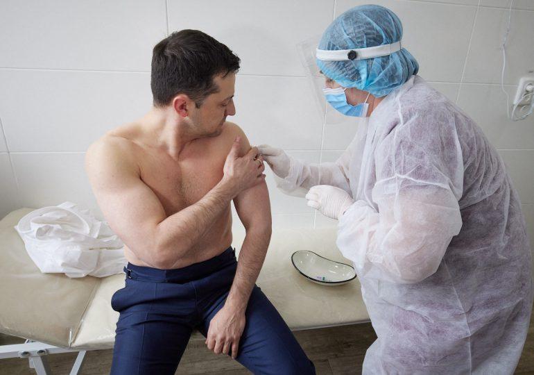 Presidente ucraniano se vacuna contra el covid-19 para dar ejemplo