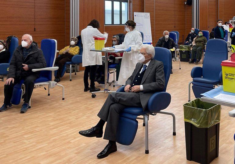 El presidente de Italia a sus 79 años espera turno y se vacuna contra el covid-19