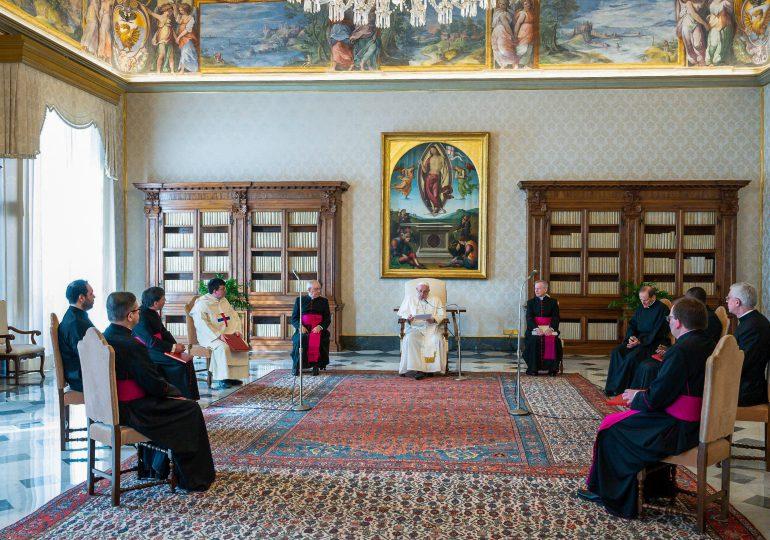 El papa recorta salarios de los cardenales y miembros de la curia romana