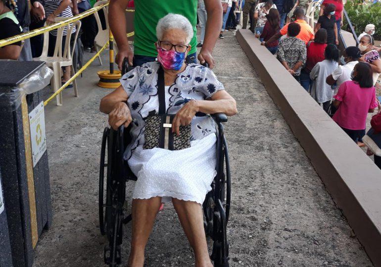 VIDEO | Adultos mayores acuden en masa, dicen se enteraron por redes sociales, periódico y televisión