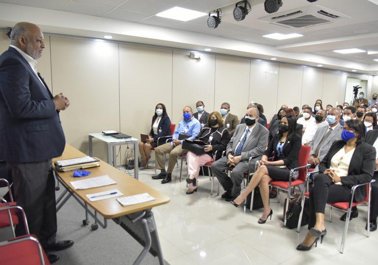 Ministro de Educación supervisa preparativos para el retorno a las aulas