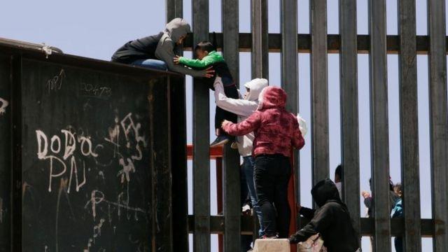 Un equipo de la Casa Blanca visita la frontera con México por crisis de migrantes