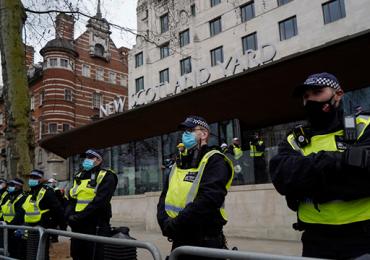 Decenas de detenidos y policías heridos en protesta anticonfinamiento en Londres