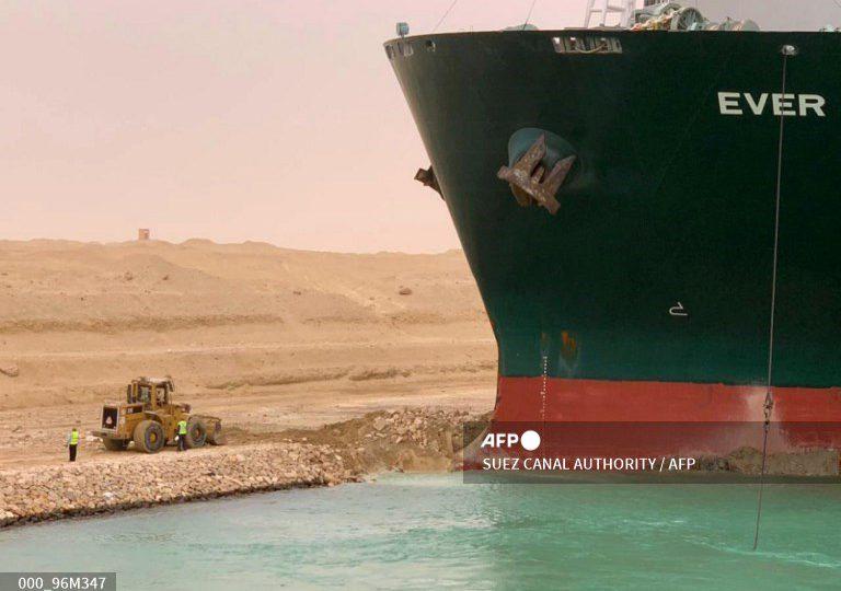 Reorientaron buque que bloquea canal de Suez, pero falta lo más difícil