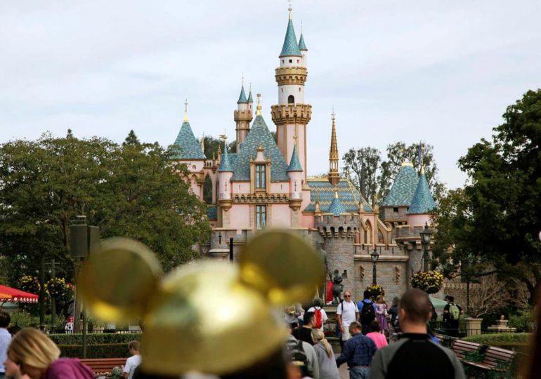 California baja la guardia contra el Covid19 para reabrir Disneyland y estadios en abril