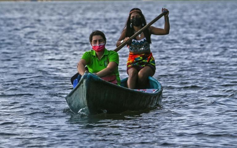 Maestra lleva clases en canoa a niños indígenas de Panamá