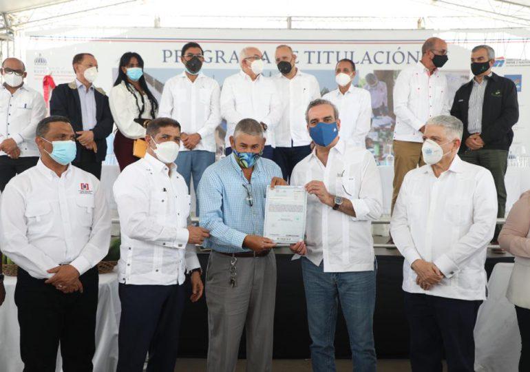 Gobierno entrega 460 títulos de propiedad a 1,800 personas de Los Almácigos