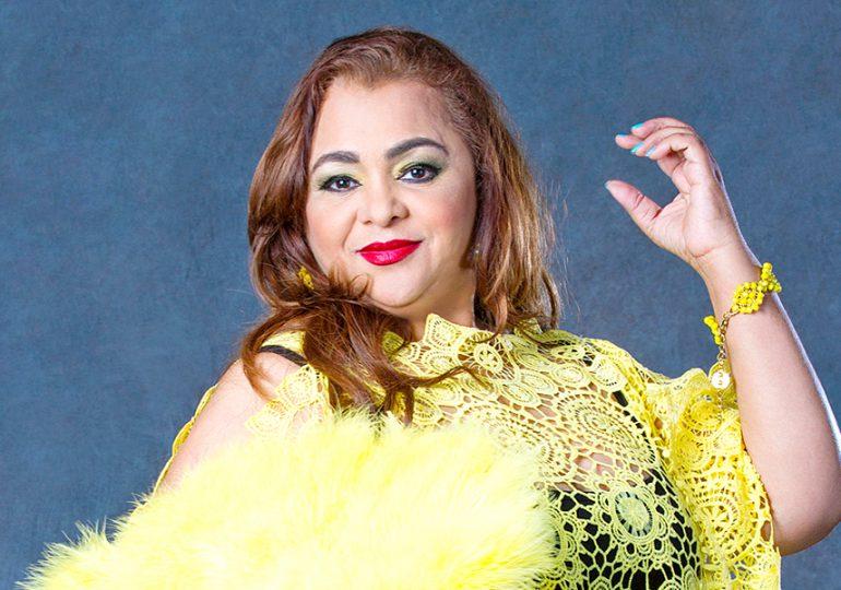 Video | La cantante Jackeline Estévez sufre caída en tacones durante presentación