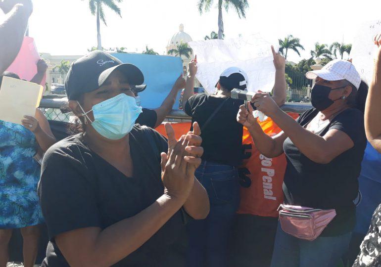 """Exempleados de Industria y Comercio dicen """"no eran botellas"""" y exigen sus prestaciones"""