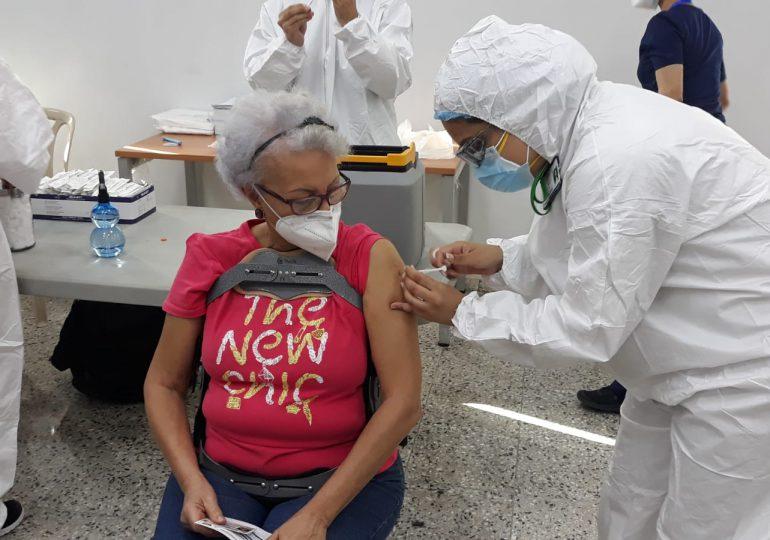 VIDEO | Adultos mayores acuden en masa a vacunarse contra el Covid-19