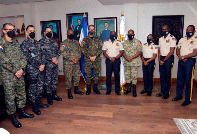 VIDEO | Ministro de Defensa y PN se reúnen con autoridades policiales haitiana