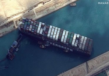 Lo que se sabe sobre el bloqueo del canal de Suez por un portacontenedores gigante