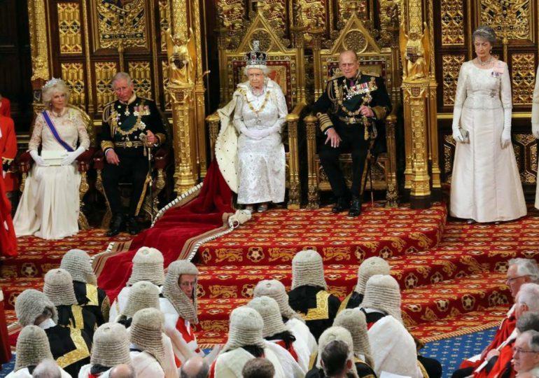 La monarquía británica, bajo presión por las acusaciones de Enrique y Meghan