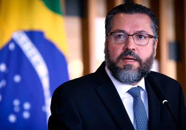 Canciller de Brasil renuncia en medio de críticas por falta de vacunas