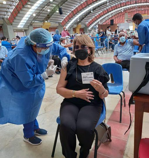 Madre de la Vicepresidenta recibe segunda dosis de la vacuna anticovid
