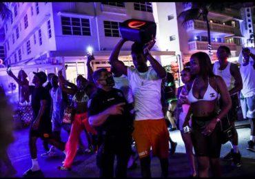 Toque de queda en Miami Beach por incontrolable multitud de turistas