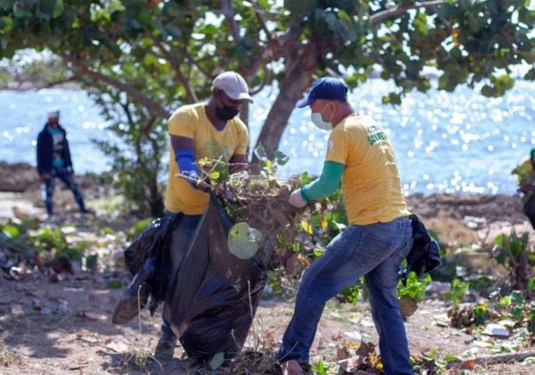 Reclusos del CCR-11 realizan labores de limpieza en el Malecón de SPM
