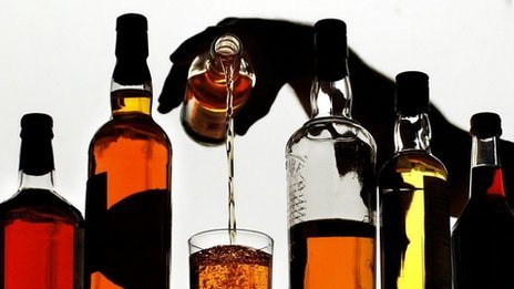 Economista plantea crear mecanismos de control para contrarrestar comercio ilícito de licores adulterados