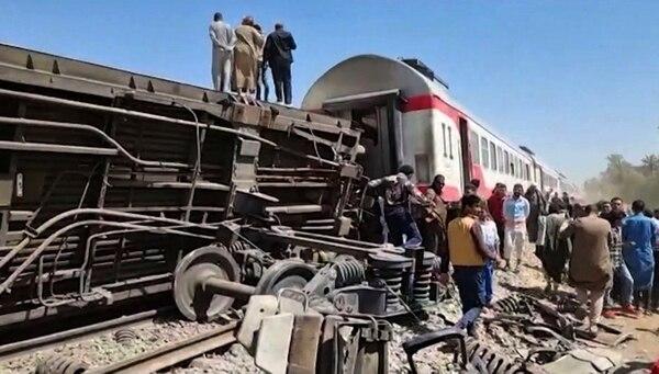 Al menos 32 muertos en el choque de dos trenes de pasajeros en Egipto