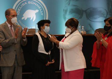 """Ministerio de la Juventud entrega  becas en honor a """"Idelisa Bonnelly"""""""