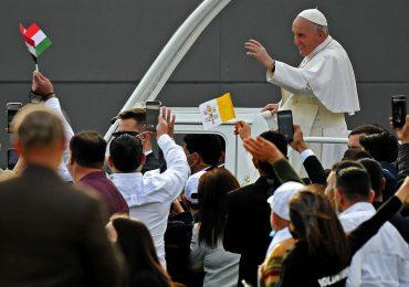 El papa concluye su visita histórica a Irak con misa ante miles de fieles