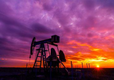 Petróleo cierra al alza esta semana pese a jornada de desplome