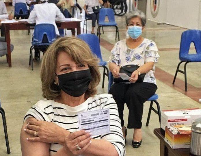 Madre de Raquel Peña recibe  primera dosis de vacuna contra Covid19
