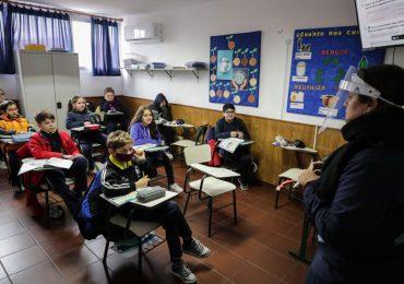 Uruguay suspende obligación de ir a clase por escalada de casos de covid-19