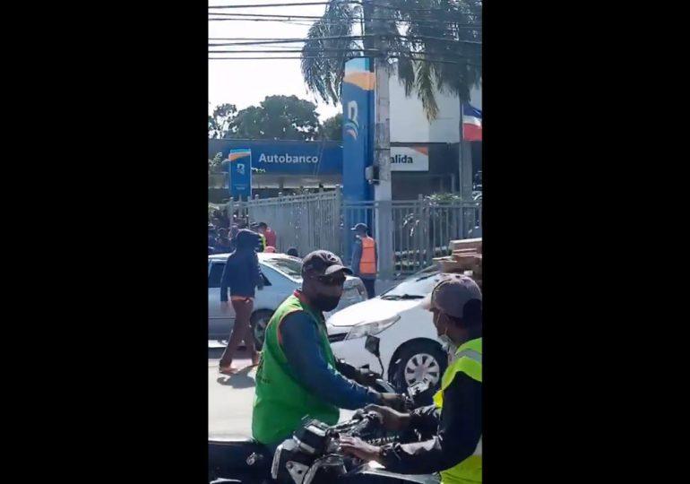 VIDEO | Delincuentes roban a una persona dentro de un banco en Higüey