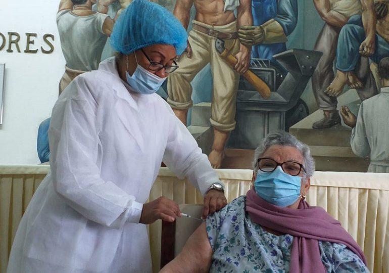 Hospital Gautier vacuna a 200 adultos mayores contra Covid-19