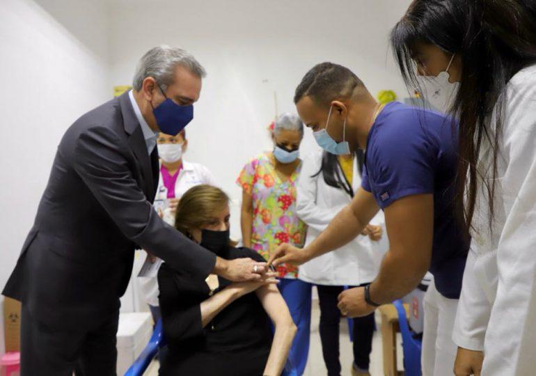 Presidente Luis Abinader acompaña a su madre a vacunarse; recibe la dosis Sinovac