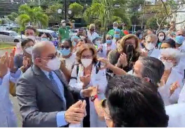 VIDEO |Plutarco Arias es recibido con aplausos al reintegrarse en la clínica Unión Médica en Santiago