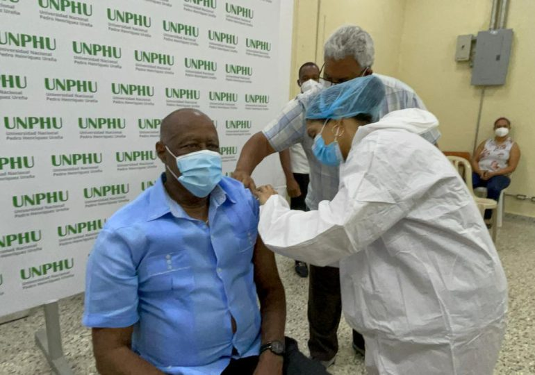 Johnny Ventura se vacuna contra el COVID-19