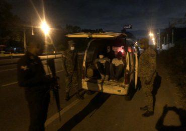 Control de Combustibles incauta vehículos y apresan haitianos que transportaban alcohol adulterado