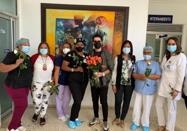 Manny Cruz sorprende al personal del Centro de Gastroenterología con rosas y canciones