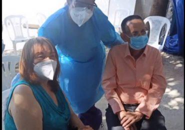 Luis Segura y su esposa se vacunan contra el Covid-19