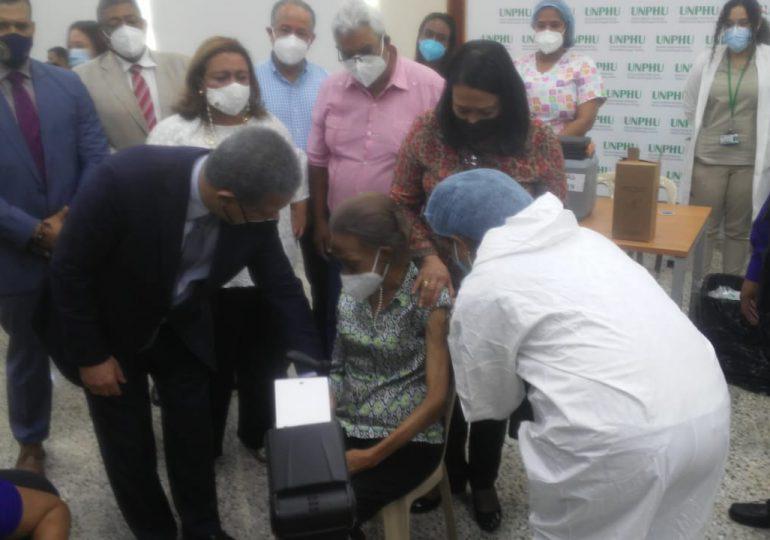 VIDEO | Leonel Fernández acompañó a su madre a vacunarse contra el COVID-19